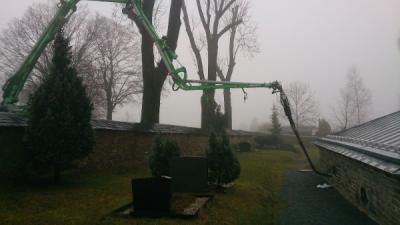 Betonpumpe pumpt Beton in Gruft