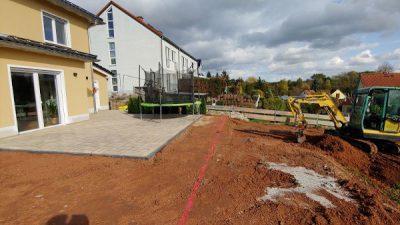 Terrasse wird gebaut und Außenanlagen angelegt