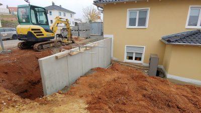 Stützwand wird gebaut