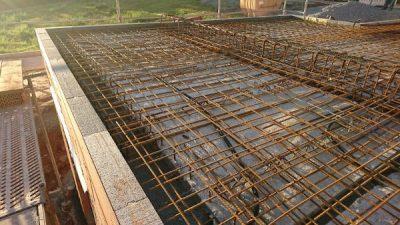 Stahlbeton wird in Decke gelegt