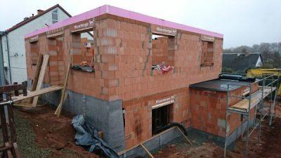 Baufortschritt Rohbau für Einfamilienbau wird hochgezogen